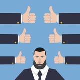 Affärsmannen med många räcker tummar upp på en blå bakgrund Royaltyfri Fotografi