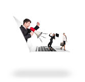 Affärsmannen med megafonen får ut ur bärbara datorn Arkivbild