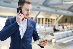 Affärsmannen med mobiltelefonen skrämmas om ett meddelande arkivfoto
