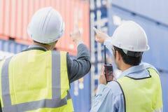 Affärsmannen med personalen i logistiskt, exporterar, importerar bransch Arkivbilder