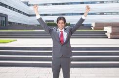 Affärsmannen med svart hår är lycklig om hans framgång Royaltyfri Bild