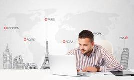 Affärsmannen med världen kartlägger och ha som huvudämne landmarks av världen Royaltyfri Fotografi