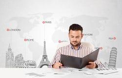 Affärsmannen med världen kartlägger och ha som huvudämne landmarks av världen Royaltyfria Bilder
