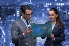 Affärsmannen och affärskvinnan som diskuterar handla strategier Arkivfoton