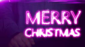 Affärsmannen projekteras på den holographic skärmen den glade julen för inskriften arkivfilmer