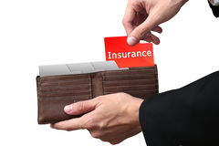 Affärsmannen räcker att dra mappförsäkringbegrepp på den bruna väggen Arkivbilder