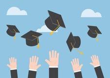 Affärsmannen räcker att kasta avläggande av examenhatten i luften Royaltyfri Bild