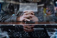 Affärsmannen räcker genom att använda den digitala pro-minnestavlan och ilar telefonen Arkivfoton