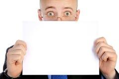 Affärsmannen rymmer arket av papper Royaltyfri Bild