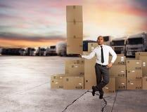 Affärsmannen rymmer en hög av packar i en hand begreppsleveransen fast arkivfoto