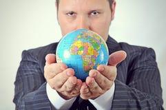 Affärsmannen rymmer världen arkivfoton