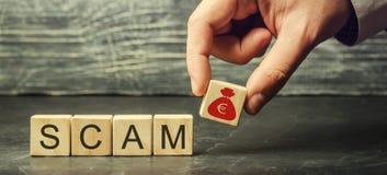 Affärsmannen sätter träkvarter med ordet Scam Bedrägligt investeringsobjekt Olagligt plan som får pengar Fuska folk r?tt arkivfoton