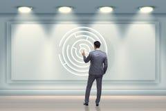 Affärsmannen söker efter vägar att fly från labyrintlabyrint royaltyfri fotografi