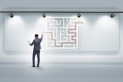 Affärsmannen söker efter vägar att fly från labyrintlabyrint arkivfoton