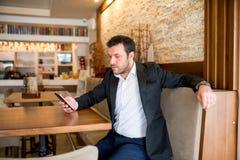 Affärsmannen sitter i restaurang Royaltyfria Bilder