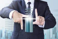 Affärsmannen skapar modern byggnad för designen Arkivfoton