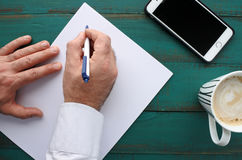 Affärsmannen skrivar ett brev Arkivfoton