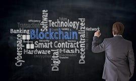 Affärsmannen skriver det Blockchain molnet på svart tavlabegrepp Royaltyfri Bild