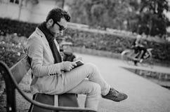 Affärsmannen skriver hans uppgifter i en anteckningsbok, svartvitt fotografi arkivfoto