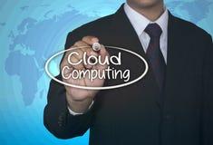 Affärsmannen skriver molnet som beräknar, affärsidé Arkivfoton