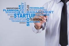 Affärsmannen skriver startup ord Startup teknologi och affär Royaltyfri Fotografi