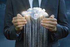 Affärsmannen skyddar flödet av information från molnet Arkivbild