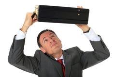 Affärsmannen skyddar självt med resväska Royaltyfri Foto