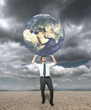affärsmannen skyddar världen Arkivbild