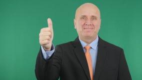 Affärsmannen Smile And Make tummar upp tecken för jobb för handgester bra arkivfoto