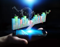 Affärsmannen som använder digital 3D, framförde börsstatistik och c Arkivbild