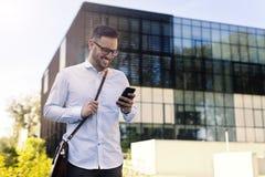 Affärsmannen som använder ett smart, ringer royaltyfria bilder