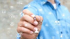 Affärsmannen som använder multimedia, knyter kontakt med en tolkning för penna 3D Arkivfoton