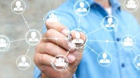 Affärsmannen som använder social nätverksanslutning med en penna 3D, framför Royaltyfri Bild