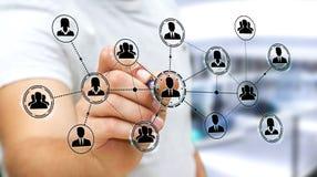 Affärsmannen som använder social nätverksanslutning med en penna 3D, framför Arkivbilder