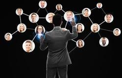 Affärsmannen som arbetar med nätverket, kontaktar symboler Royaltyfria Bilder