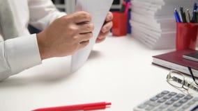 Affärsmannen som arbetar och beräknar, läser och skriver rapporter Kontorsanställd, tabellcloseup Conce för finansiell redovisnin arkivfilmer