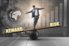 Affärsmannen som balanserar mellan belöning och riskaffärsidéen vektor illustrationer