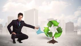 Affärsmannen som bevattnar gräsplan, återanvänder teckenträdet på stadsbakgrund royaltyfri illustrationer