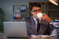 Affärsmannen som blir i kontoret för lång tid Royaltyfri Foto