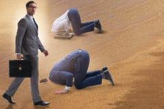 Affärsmannen som döljer hans huvud i sand som flyr från problem arkivbilder