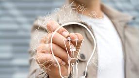 Affärsmannen som drar den förnybara ecolightbulben, skissar Royaltyfri Fotografi