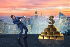 Affärsmannen som drar dollaren och guld- guldtackor Arkivbilder