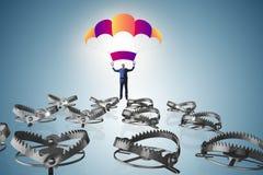 Affärsmannen som faller in i fälla hoppa fallskärm på Arkivbilder