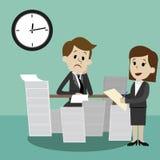 Affärsmannen som finner sig som går att vara upptaget upptaget och kollegan, hjälper honom team arbete Royaltyfri Bild