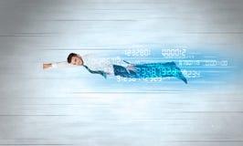 Affärsmannen som flyger toppet snabbt med data, numrerar kvarlämnat Arkivfoto