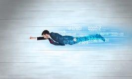 Affärsmannen som flyger toppet snabbt med data, numrerar kvarlämnat arkivfoton