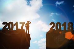 Affärsmannen som framåtriktat ser till 2018 från 2017 Arkivfoton