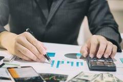 Affärsmannen som gör finanser beräknar på, analys som arbetar med f Royaltyfria Bilder