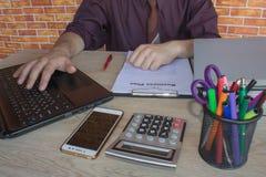 Affärsmannen som gör finanser beräknar på, analys som arbetar med grafen för prognosen för försäljningar för den finansiella redo Royaltyfri Foto
