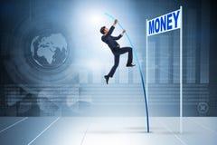 Affärsmannen som hoppar över pengar i affärsidé Arkivbilder